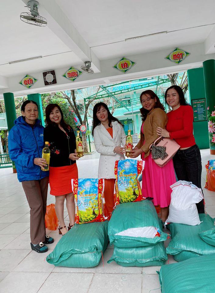 Trao quà cho nhân viên quản sinh và cấp dưỡng